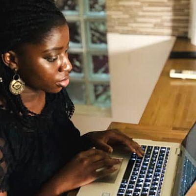 Woman at computer interlink blog posts